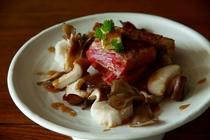 黒毛和牛と秋野菜のバター醤油焼き