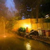 【露天風呂】夜の露天風呂は、また違った趣がございます。時とともに変化する自然の表情をお楽しみください