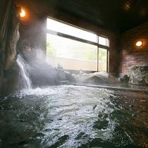 【大浴場】湯煙の中にたぬき達が見え隠れするたぬき風呂。「他に抜きんでる」出世風呂として人気