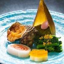 【料理一例】一枚のお皿で海の幸・山の幸の両方を味わうことができるひと品。厚木の味覚をご堪能ください