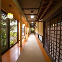 【内観】館内の廊下からも、窓越しに厚木の自然をお楽しみいただけます