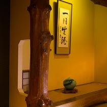 【客室一例】各客室の床柱には欅・檜など様々な木を使い、木のぬくもりに包まれたお寛ぎのひと時を