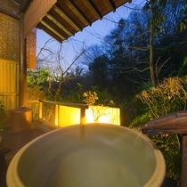 【お部屋付の露天風呂一例】プライベートな空間で「美人の湯」に浸かりながら夜の里山を眺める贅沢