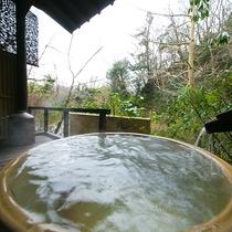 【お部屋付の露天風呂一例】渓流のせせらぎに耳を傾けつつ、至福の時をお楽しみください