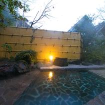 【露天風呂】日本一の美肌の湯が湧く元湯温泉。お肌の水分を失うことなく、角質を柔らかくし、肌を滑らかに