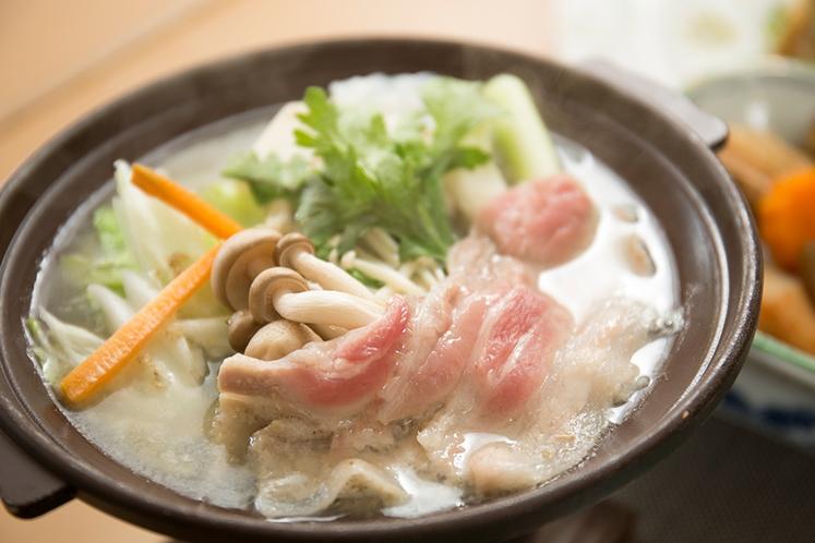 冬:夕食_鍋物 ※地元の旬の食材を使用した手作り料理です
