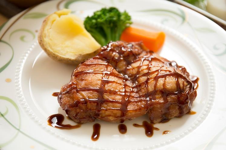 冬:夕食_チキン ※地元の旬の食材を使用した手作り料理です
