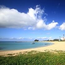 ホテルより徒歩25分。21世紀ビーチです。遊泳環境も充実しています。