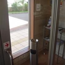 ロビー隣に喫煙コーナーあります。喫煙室以外の館内は全て禁煙です。