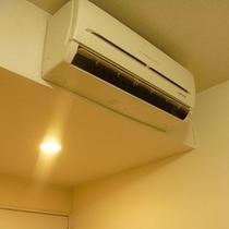 客室の静かなクーラーは季節に応じて冷房・暖房どちらでも対応可能です。