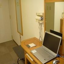 横長デスクはビジネスマンから学生まで不便なくご利用頂けます。(※客室パソコンは完備しておりません)