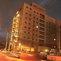 第2駐車場から見るホテルです。最上階にある大浴場の大きな窓から見る名護湾は圧巻です。