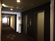 落ち着いた色合いのある廊下では券売機やズボンプレッサーが完備されています。