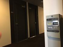 ルームシアターカードの券売機は各階廊下にございます。1枚1,000円