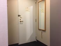 全てのお部屋に全身鏡もございます。スーツでお洒落に決めましょう!