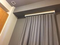 グレーを基調とした落ち着きのある客室、ベットからの眺めです。