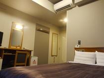 ダブルルーム(ベット幅140×195)広々とした客室、荷物が多くても大丈夫!
