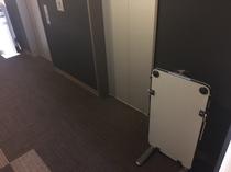 ビジネスマン必見、各階廊下にズボンプレッサー完備!