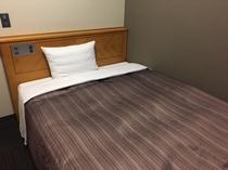 シングルルームには広々とした弾力性あるセミダブルベットを完備!!快適な眠りをどうぞ。