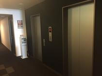 エレベーターは館内2機ございます。9階建てホテルの移動はスムーズです。