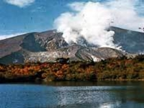 秋 山と湖