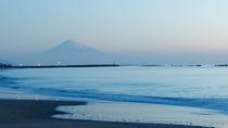 早朝の富士山 空気が澄んだ日には美しい富士山を見ることもできます!