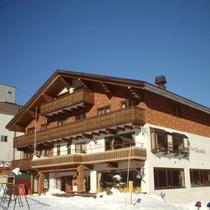 *外観(冬)/ゲレンデまで徒歩0分!目の前の好立地♪天然温泉のあるリゾートホテル