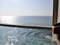 大浴場から輝く日本海を望む