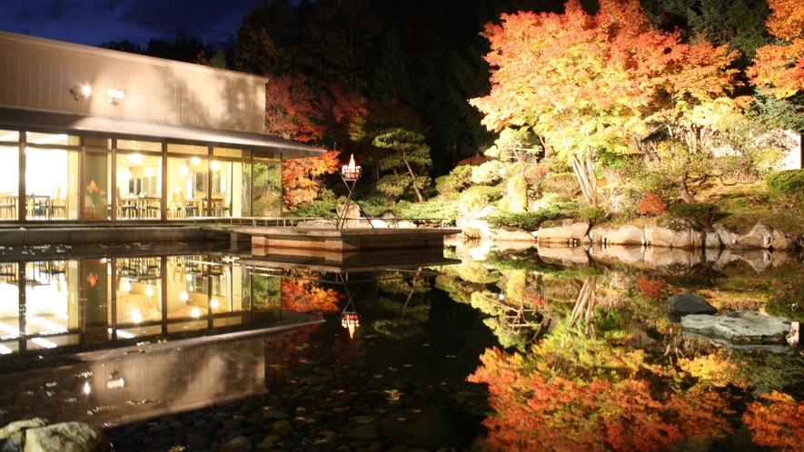 中庭(秋のライトアップ)