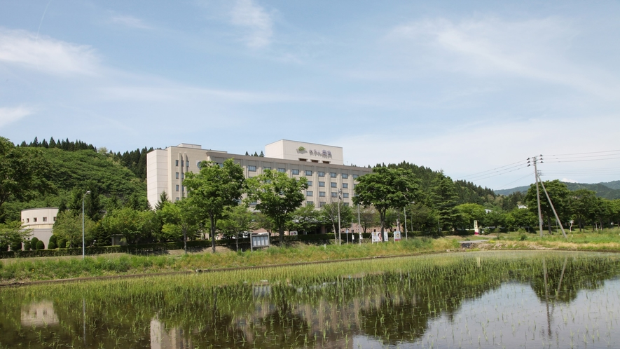 ホテル外観【新緑の季節】