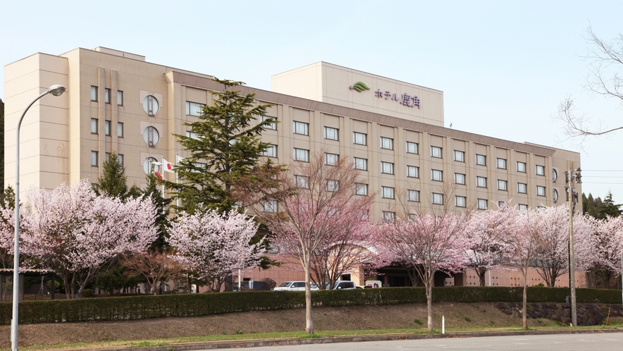 ホテル外観【桜の季節】