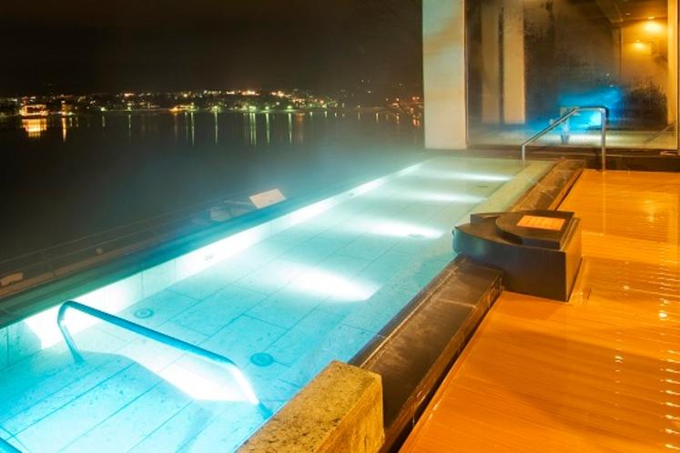 水中照明が灯る露天風呂
