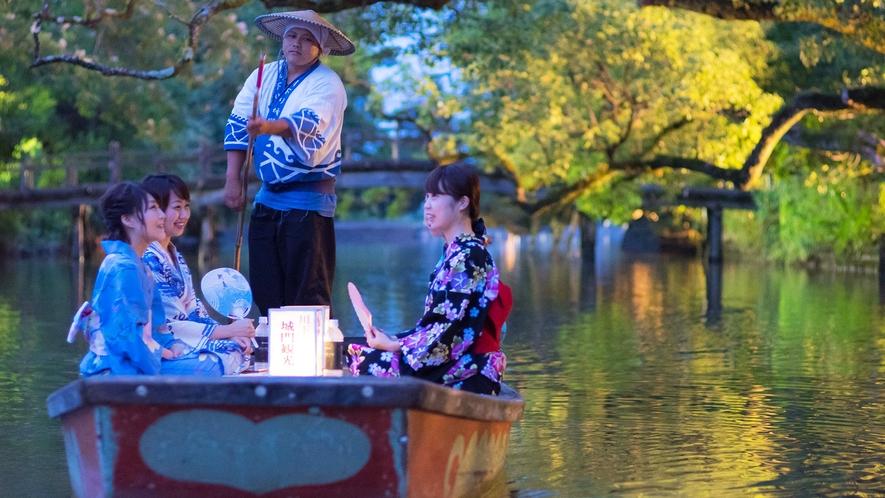 *柳川の風物詩「灯り舟」。水面に映る灯りが美しい、夜の川下りです。