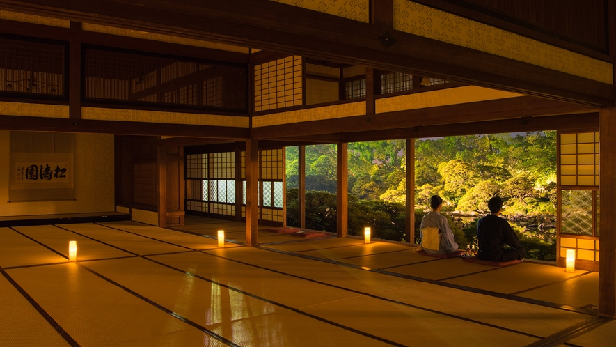 *【大広間】松濤園の灯篭灯り。松濤園はもちろん、淡い灯に照らされた大広間の細工の数々も見所です。