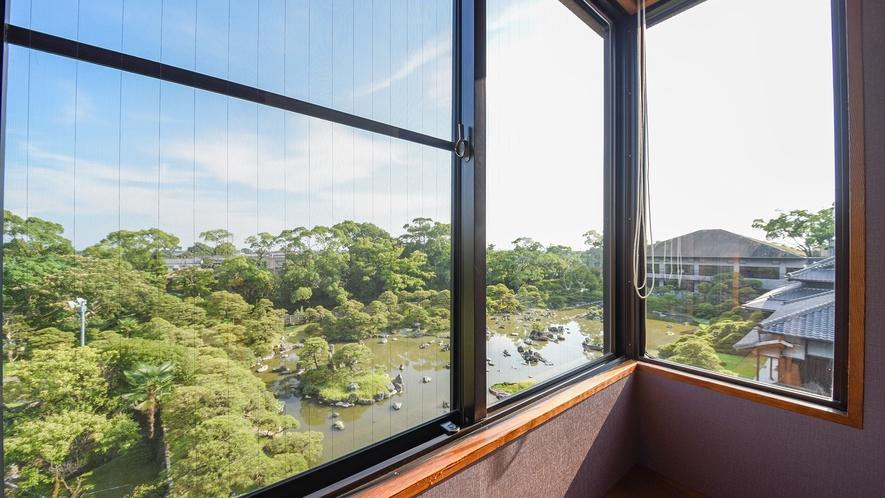 *【和洋室からの景観】ふたつのお庭を眼下に見ることができます。