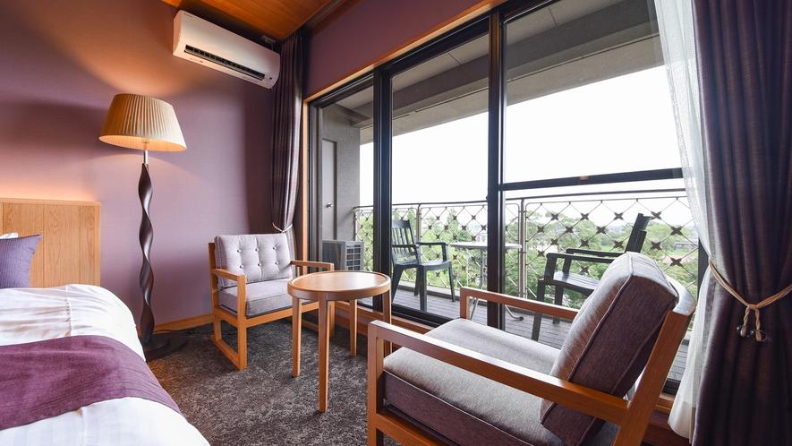 *【洋室・最上階】ベッドルームからも日本庭園「松濤園」を臨むことができます。