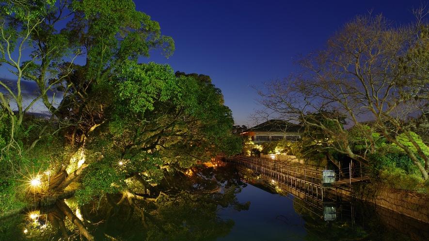 *出会い橋から見た夕暮れ時のお堀。夜はお堀のライトアップもお楽しみいただけます。