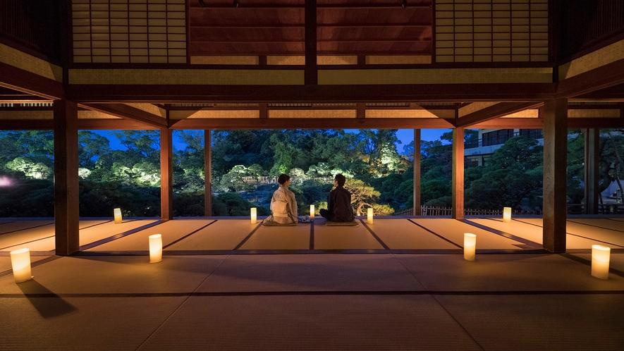 *・宿泊者限定で夜の大広間を開放しております。淡い光が映し出す美しい松濤園をご堪能ください。