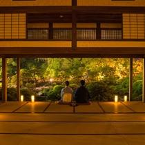 宿泊者限定で夜の大広間を開放しております。淡い光が映し出す美しい松濤園をご堪能ください。