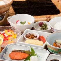 【ご朝食】有明海の一枚海苔や湯豆腐等、一日を元気にスタートできるよう心を込めてご用意させて頂きます。