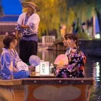柳川の風物詩「灯り舟」。水面に映る灯りが美しい、夜の川下りです。