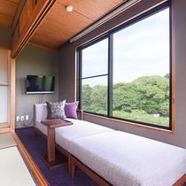 *【二間続きの和室】窓辺のソファから美しい緑をご覧いただけます。