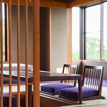 *【二間続きの和室】四季折々で変化してゆく窓辺の景色をお楽しみください。
