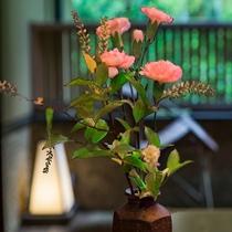 室内に飾られた生花