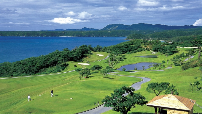 【2サム確約/ゴルフ(4月〜10月)】青い海を眺めながら広がる空へショット!1ラウンドプレー付き