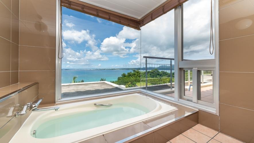 【アゼリアスイート】外の景色が楽しめる展望風呂。窓の向こうに広がる青い海。