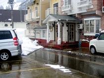 駐車場と玄関