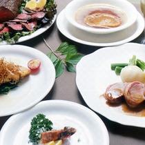 新鮮な素材選びからソースまで元コックのオーナーシェフ手作りのフランス料理フルコースです。