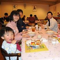 家族みんなで楽しい夕食!