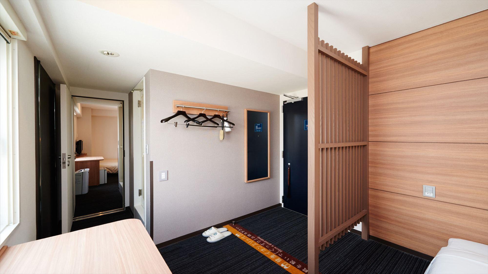 ダブルサイズのワイドベッドがあるスタンダードルームが2部屋繋がった【コネクティングルーム】です。